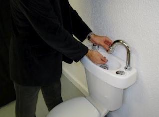 Leau Du Lave Mains Pour Les Toilettes